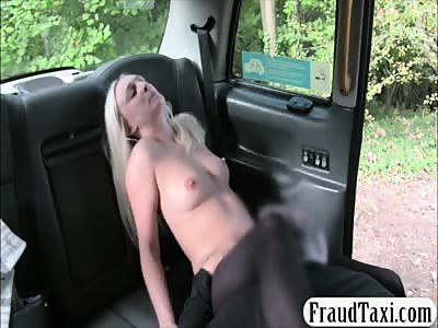 Hot babe gives a blowjob and drilled in the backseat