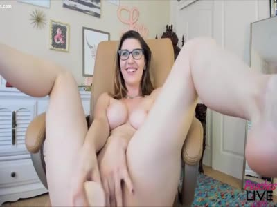 Horny cumslut who loves to do naughty shows