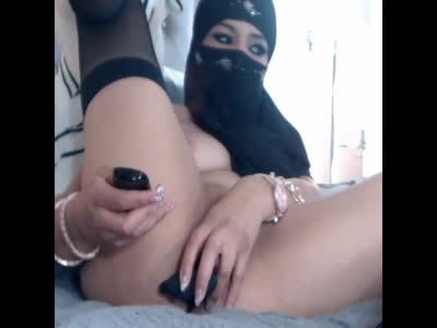 Arab girl masturbates on cam while possibly getting caught !