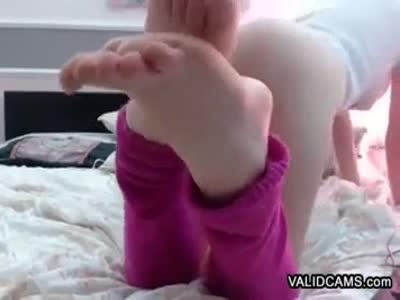 Attractive Amateur Feet Showing Femme Fatale